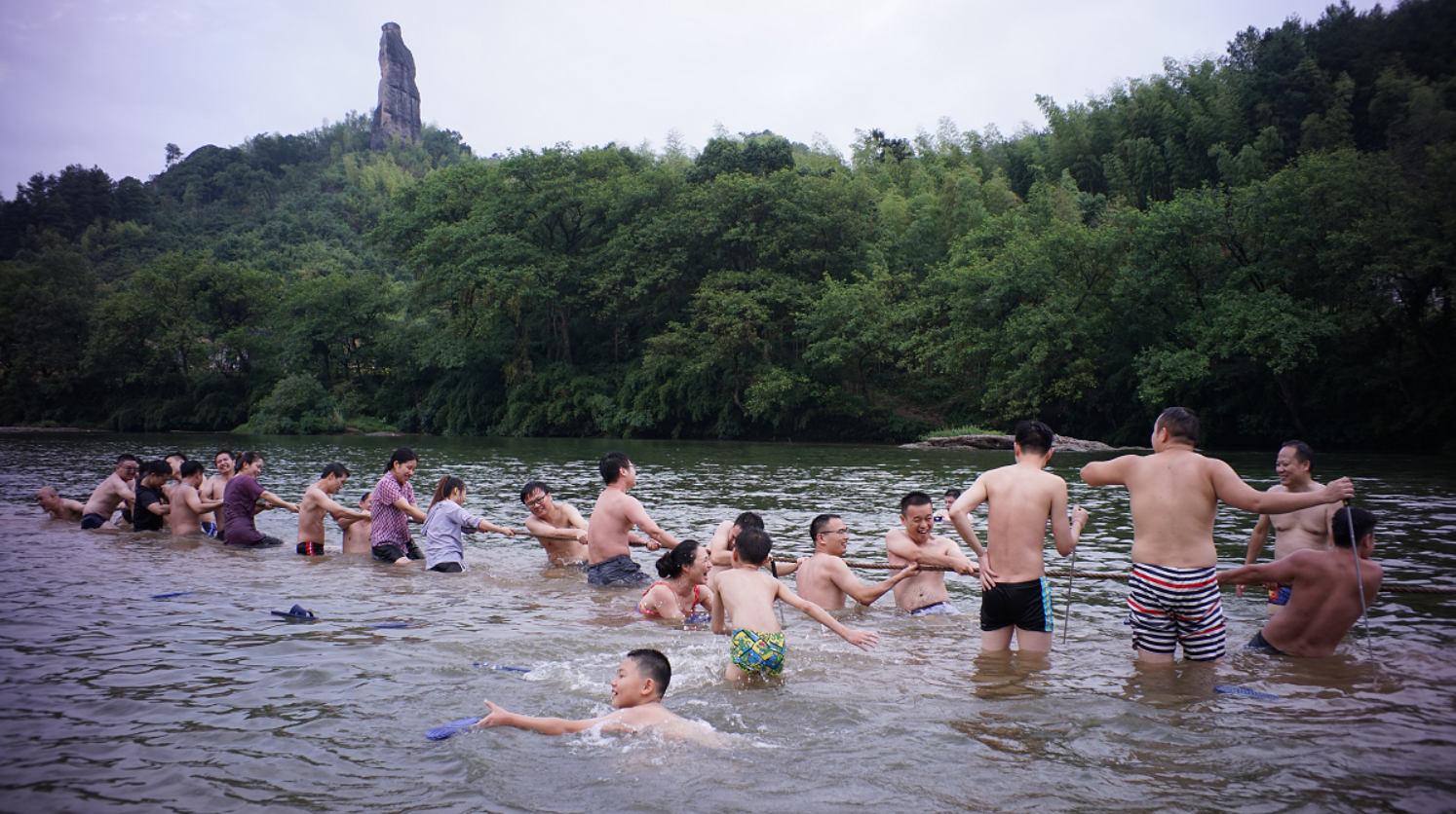 智多星团队在水中进行拔河比赛